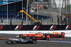 Start crash met Sebastian Vettel, Ferrari SF16-H, Daniil Kvyat, Red Bull Racing RB12, Daniel Ricciar