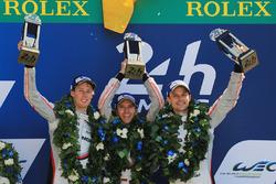 Podio: i vincitori della gara Timo Bernhard, Earl Bamber, Brendon Hartley, Porsche Team