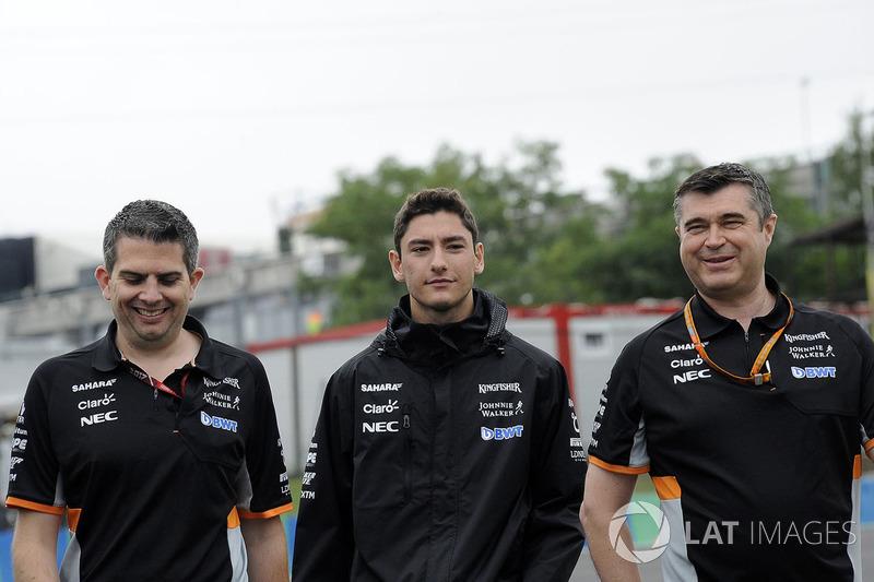 Alfonso Celis jr, Force India piloto de prueba con Bradley Joyce, Force India ingeniero caminan en la pista