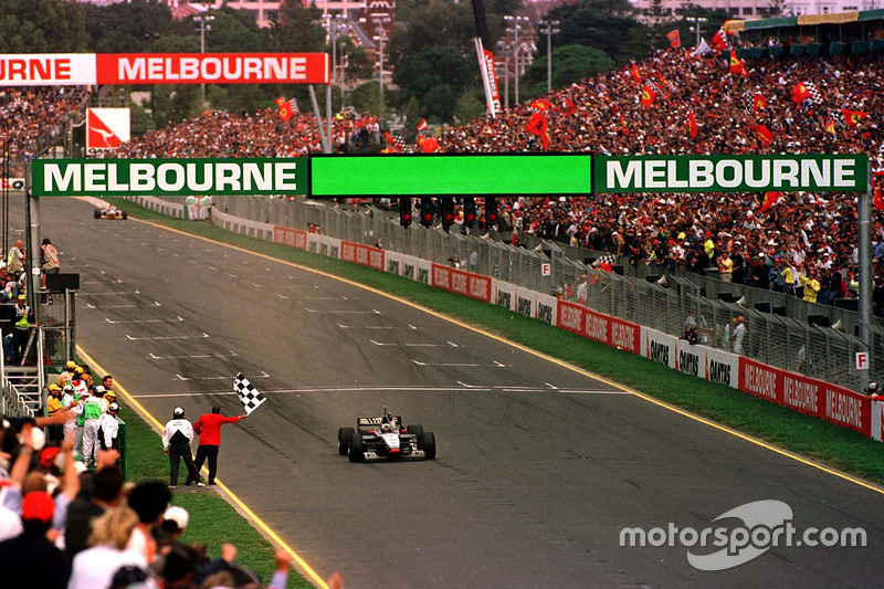 Entre as equipes, a renascida McLaren tem 11 vitórias, enquanto a Ferrari – que venceu com Vettel no ano passado quebrando uma hegemonia de três anos da Mercedes – tem oito. A Red Bull venceu a prova apenas uma vez, em 2011.