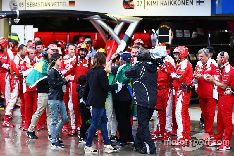 Луис Антонио Масса, отец Фелипе, встречает гонщика в боксах команды Ferrari