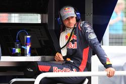 Carlos Sainz Jr., Scuderia Toro Rosso al muretto box dopo essersi fermato in pista nelle FP1