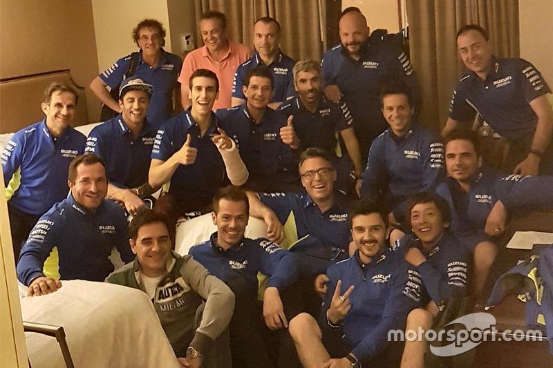 Alex Rins, Team Suzuki MotoGP, soutenu par son team à l'hôpital