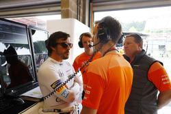Fernando Alonso, McLaren, discute avec ses ingénieurs et Zak Brown, directeur exécutif, McLaren Technology Group