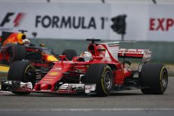 Sebastian Vettel, Ferrari SF70H; Daniel Ricciardo, Red Bull Racing RB13