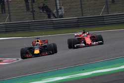 Sebastian Vettel, Ferrari SF70-H et Daniel Ricciardo, Red Bull Racing RB13