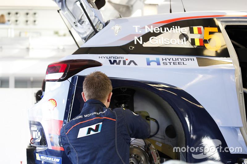Hyundai Motorsport mechanic