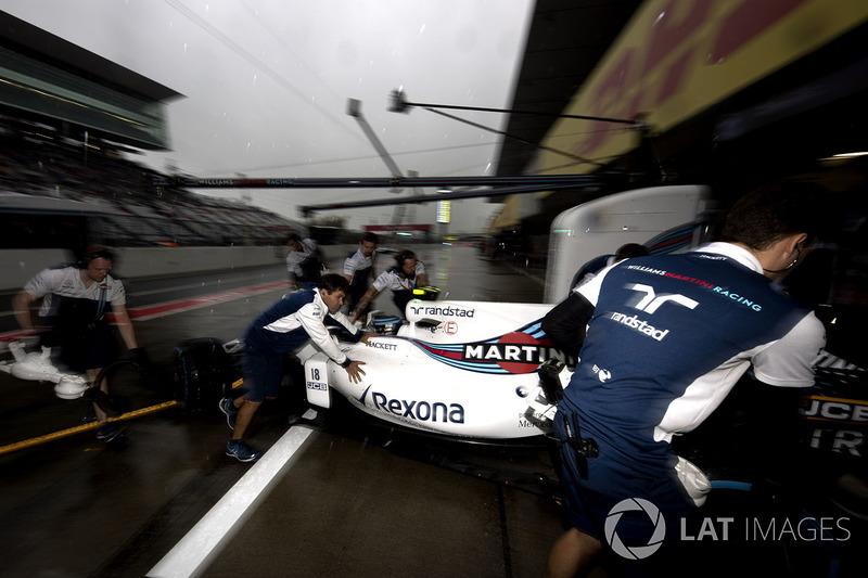 Lance Stroll, Williams FW40, didorong masuk ke garasi