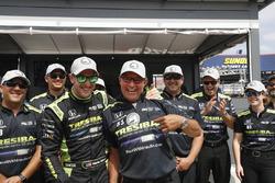 Гонщик Chip Ganassi Racing Honda Чарли Кимболл и шеф-механик его бригады Рики Дэвис