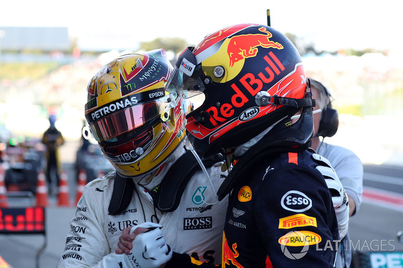Il vincitore della gara Lewis Hamilton, Mercedes AMG F1 festeggia con Max Verstappen, Red Bull Racing nel parco chiuso