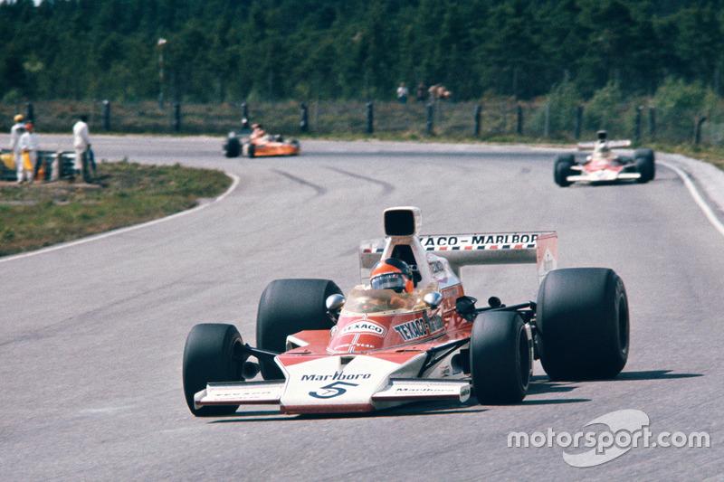 Campeã oito vezes entre equipes e 12 vezes entre pilotos, a McLaren viu seus dois primeiros mundiais vindos pelas mãos de Emerson Fittipaldi, no ano de 1974.