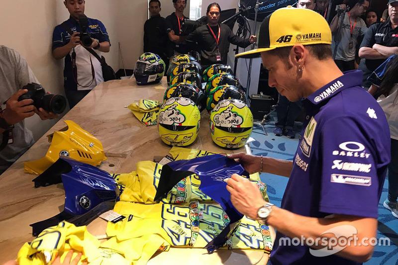 Valentino Rossi, Yamaha Factory Racing, schreibt Autogramme