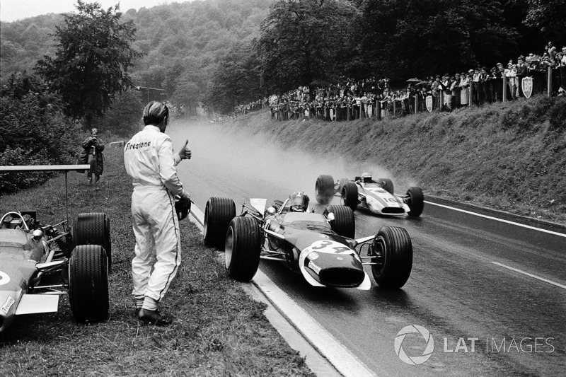 1968 - Jo Siffert, Lotus emprunte une visière sèche à Graham Hill. John Surtees, Honda, fait l'intermédiaire.