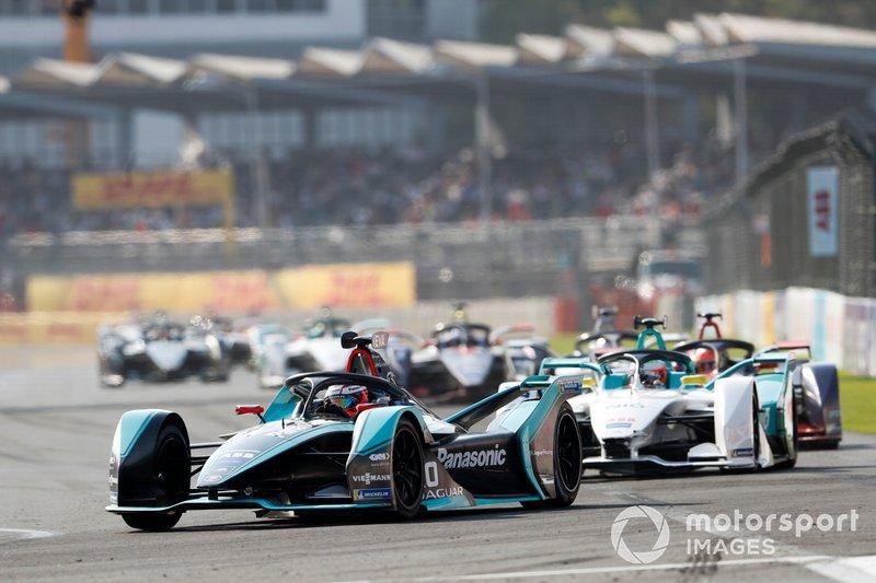 Mitch Evans, Panasonic Jaguar Racing, Jaguar I-Type 3 leads Oliver Turvey, NIO Formula E Team, NIO Sport 004