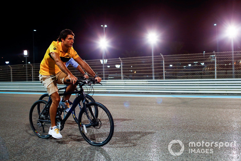 Carlos Sainz Jr., Renault Sport F1 Team, en bici