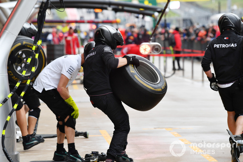 Mercedes AMG F1 тренує піт-стопи