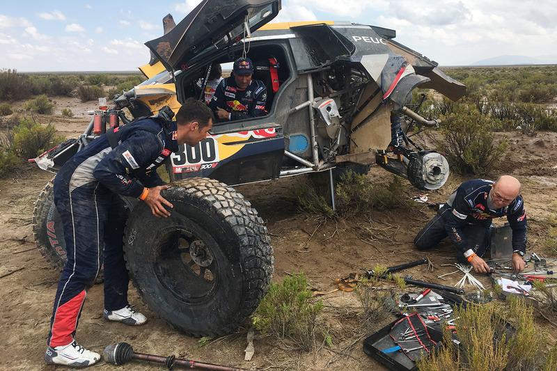 3. #300 Peugeot Sport Peugeot 3008 DKR: Stéphane Peterhansel, Jean-Paul Cottret recibe ayuda de Cyril Despres, David Castera