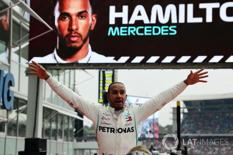 Il vincitore della gara Lewis Hamilton, Mercedes-AMG F1 W09, festeggia nel parco chiuso