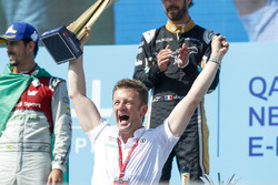 Allan McNish, Team Principal, Audi Sport Abt Schaeffler, con il trofeo costruttori