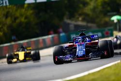 Brendon Hartley, Toro Rosso STR13, devant Nico Hulkenberg, Renault Sport F1 Team R.S. 18