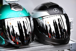 Cascos de mecánicos Mercedes AMG F1
