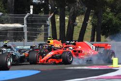 Sebastian Vettel, Ferrari SF-71H golpea el coche de Valtteri Bottas, Mercedes-AMG F1 W09