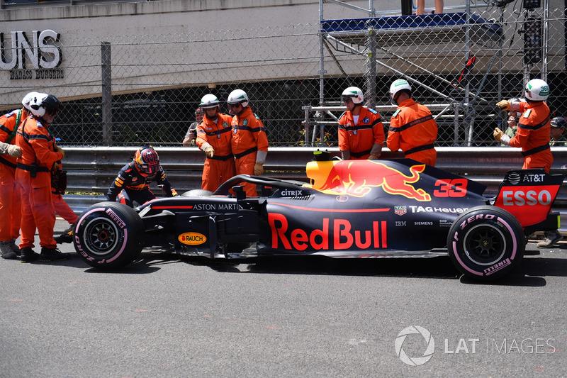 Los comisarios retiran el coche de Max Verstappen, Red Bull Racing RB14