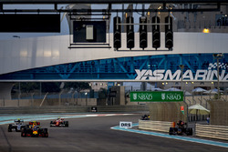 Max Verstappen, Red Bull Racing RB12, Nico Rosberg, Mercedes F1 W07 Hybrid y Kimi Raikkonen, Ferrari SF16-H, y Daniil Kvyat, Toro Rosso STR11 Ferrari, estaciona para retirarse