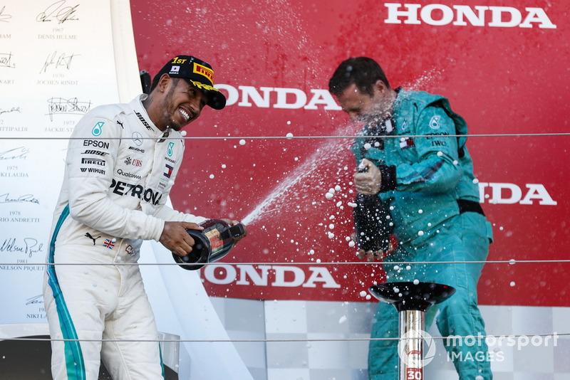 Le vainqueur Lewis Hamilton, Mercedes AMG F1, avec le champagne sur le podium