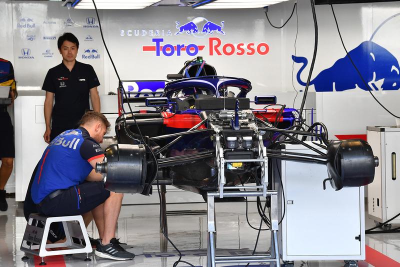 Scuderia Toro Rosso STR13 en el garaje