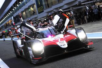 Los ganadores de LMP1 #7 Toyota Gazoo Racing Toyota TS050: Mike Conway, Kamui Kobayashi, Jose Maria Lopez