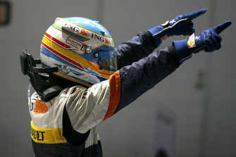 Fernando Alonso, Renault F1 Team R28 celebrates in parc ferme