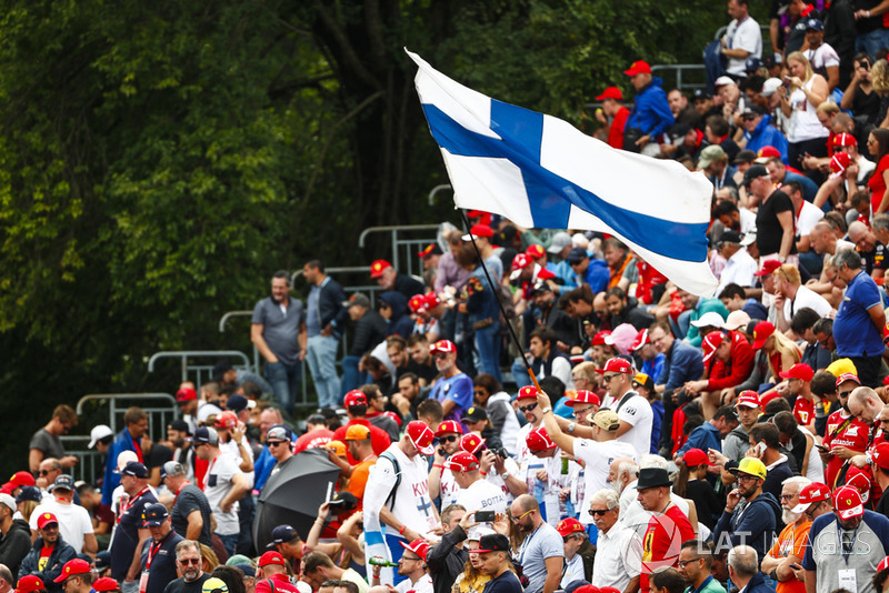 Bandera finlandesa volada por el tifosi para Kimi Raikkonen, Ferrari