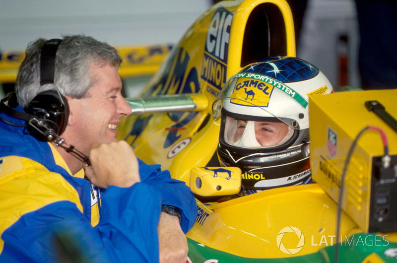 Михаэль Шумахер (на фото – с инженером Benetton Пэтом Симондсом) стал единственным, кто смог улучшить позицию в первой шестерке. Немец обогнал Герхарда Бергера и поднялся на пятую строчку…