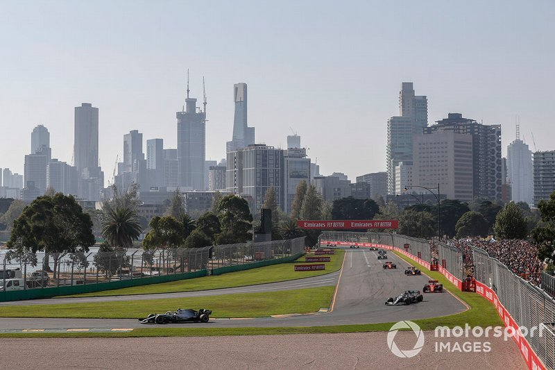 Valtteri Bottas, Mercedes AMG W10, memimpin balapan