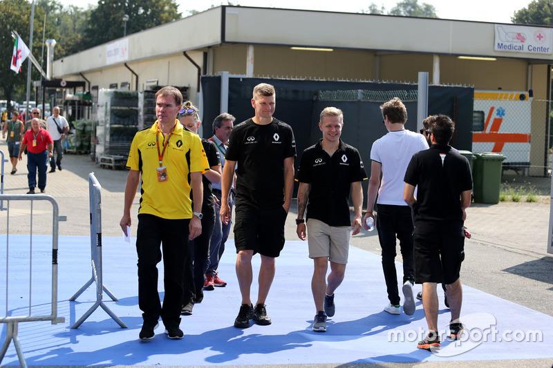 Kevin Magnussen, Renault Sport F1 Team, vor dem Medical-Center