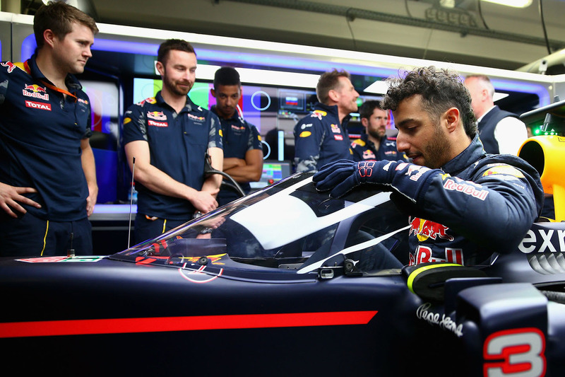 Daniel Ricciardo, Red Bull Racing RB12 climbs the aeroscreen