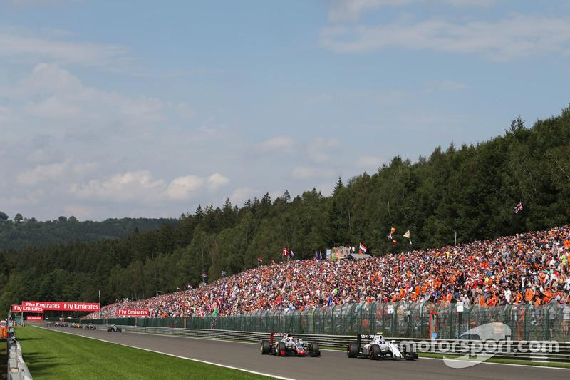 Romain Grosjean, Haas F1 Team VF-16 and Valtteri Bottas, Williams FW38 battle for position