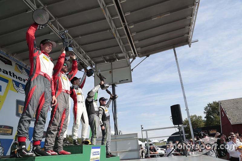 Podio GTD: al primo posto Madison Snow, Bryan Sellers, Paul Miller Racing, al secondo posto Matt Bel