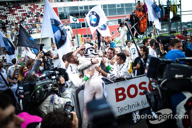 Il vincitore della gara Marco Wittmann, BMW Team RMG, BMW M4 DTM festeggia con il team