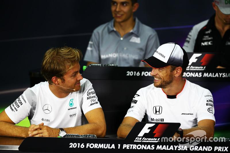 (L n. R): Nico Rosberg, Mercedes AMG F1 mit Jenson Button, McLaren in der FIA Pressekonferenz