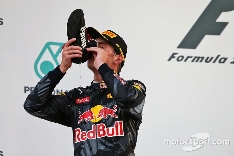 Max Verstappen, Red Bull Racing celebra su segundo puesto en el podio bebiendo champagne desde el la bota del ganador de la carrera Daniel Ricciardo, Red Bull Racing