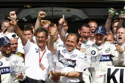 Ник Хайдфельд, BMW Sauber F1.08, победитель Роберт Кубица, BMW Sauber F1.08, Марио Тайссен, руководитель BMW Motorsport и Уилли Рампф, технический директор, BMW Sauber