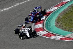 Charles Leclerc, Sauber C37 ve Pierre Gasly, Scuderia Toro Rosso STR13