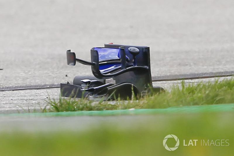 Brendon Hartley, Scuderia Toro Rosso STR13 front wing debris