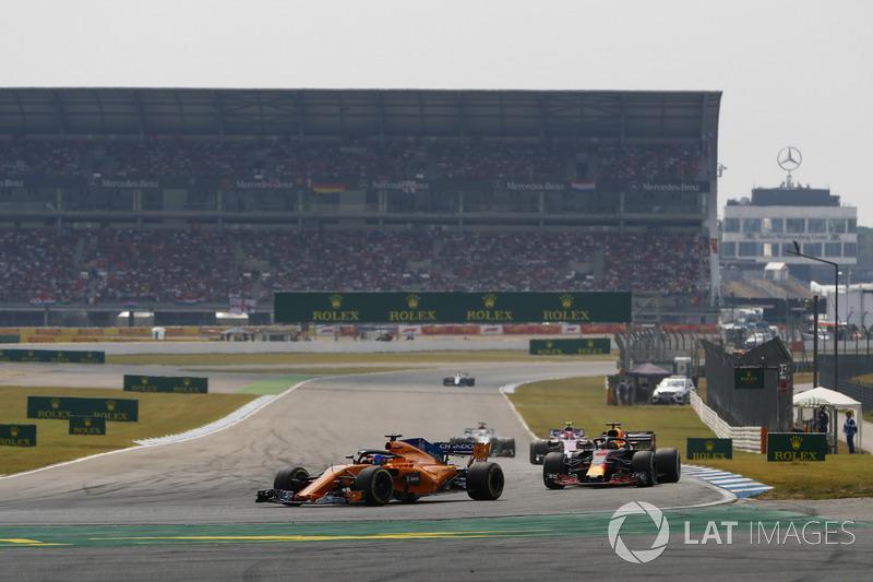 Fernando Alonso, McLaren MCL33, precede Daniel Ricciardo, Red Bull Racing RB14
