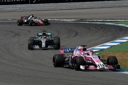 Sergio Perez, Force India VJM11, Lewis Hamilton, Mercedes-AMG F1 W09 en Romain Grosjean, Haas F1 Team VF-18