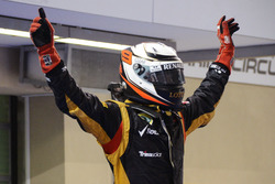 Ganador de la carrera Kimi Raikkonen, Lotus F1 Team celebra en parc ferme