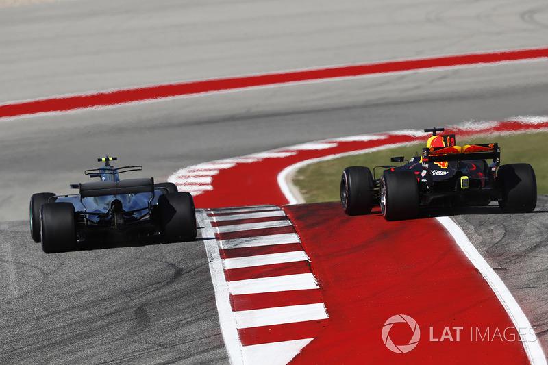 Valtteri Bottas, Mercedes AMG F1 W08, lucha con Max Verstappen, Red Bull Racing RB13