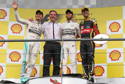 Podio: Lewis Hamilton, Mercedes AMG F1, Nico Rosberg, Mercedes AMG F1, Michael Harre, Mercedes AMG, Romain Grosjean, Lotus F1